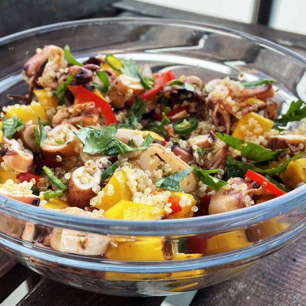 Salata od lignji s kvinojom i mangom